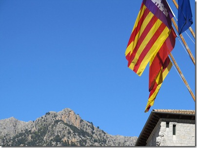 Flagge vor Gebirge